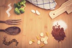 Tabell med medelhavs- ingredienser Arkivfoto