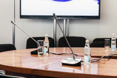 Tabell med mikrofoner på konferensen Royaltyfri Foto