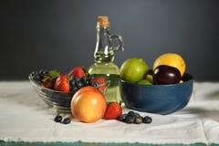 Tabell med nya frukter arkivfoton