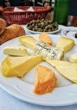 Tabell med olika asturian (Spanien) ostprodukter arkivbilder
