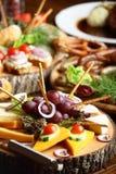 Tabell med olika snitt med frukter och grönsaker Arkivfoto