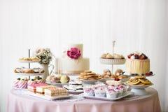 Tabell med påfyllningar av kakor, muffin, kakor och cakepops arkivfoton