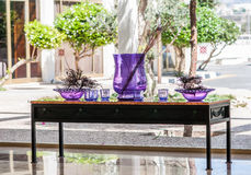 Tabell med purpura vases Royaltyfri Foto