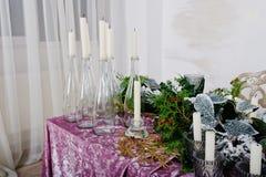 Tabell med stearinljus och dekoren Lyckligt begrepp för vinterferier Royaltyfri Bild