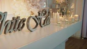 Tabell med stearinljus och orden whitehall