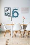 Tabell med stolar i matsal fotografering för bildbyråer