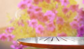 Tabell med suddiga blommor royaltyfri foto