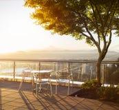 Tabell med tre stolar med beuatiful sikt på Portland under soluppgång arkivfoton