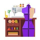 Tabell och sömnadskyltdocka, symaskin, f0abric och visare Arkivfoto