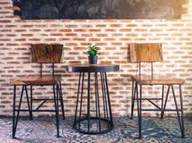 Tabell och stol med den lilla växten Arkivfoton