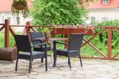Tabell och stolar av det traditionella europeiska utomhus- kafét Arkivfoton