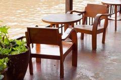 Tabell och stolar bredvid floden. Royaltyfri Fotografi