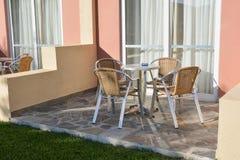 Tabell och stolar framme av ett hotellrum Arkivbild