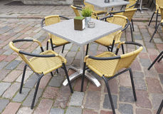 Tabell och stolar i cafe Arkivbilder