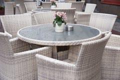 Tabell och stolar i cafe Royaltyfri Bild