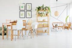 Tabell och stolar i matsal royaltyfri bild