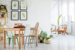Tabell och stolar i modern inre arkivbild