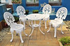 Tabell och stolar i trädgård Royaltyfria Foton