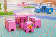 Tabell och stolar i trädgård Arkivbild