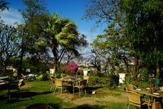 Tabell och stolar i utomhus- restaurang Royaltyfria Foton