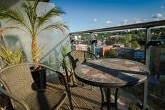 Tabell och stolar på balkong Royaltyfri Foto