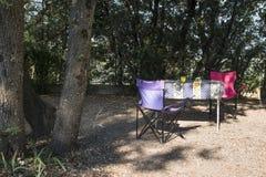 Tabell och stolar på campingplats royaltyfri bild