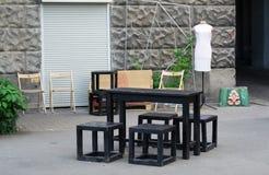 Tabell och stolar på gatan Arkivfoto