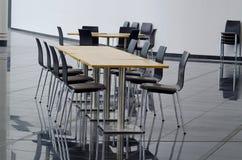 Tabell och stolar på kafeteriaplaceringområde Royaltyfria Bilder