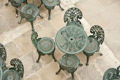 Tabell och stolar på uteplats Royaltyfri Fotografi