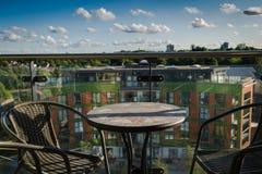 Tabell och stolar på balkong Arkivbild