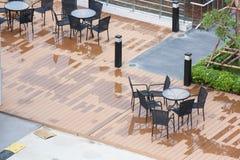 Tabell och stolar på den Wood terrassen i avkoppling Tid Arkivfoton