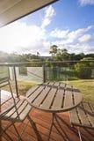 Tabell och stolar som förbiser en trädgård arkivfoton