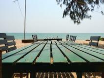 Tabell på stranden Arkivbild