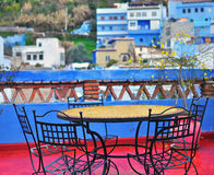 Tabell på terrassen, Chefchaouen Arkivbilder
