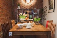 Tabell på Ventura Lambrate utrymme under den Milan Design veckan Royaltyfri Bild