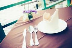 Tabell som äter middag uppsättningen i restaurangen Arkivbilder