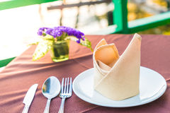 Tabell som äter middag uppsättningen i restaurangen Royaltyfria Bilder