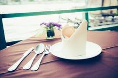 Tabell som äter middag uppsättningen i restaurangen Royaltyfria Foton