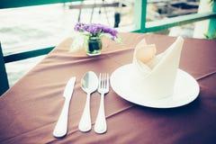 Tabell som äter middag uppsättningen i restaurangen Royaltyfri Bild
