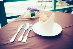 Tabell som äter middag uppsättningen i restaurangen Royaltyfri Foto