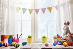 Tabell som dekorerar för påsk fotografering för bildbyråer