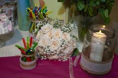 Tabell som dekoreras med exponeringsglaskrus några med sötsaker arkivfoto