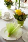 Tabell som läggs för kaffe och cake Arkivfoto