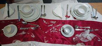 Tabell som ut läggas för matställe Royaltyfria Foton
