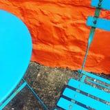 Tabell, stol och vägg Royaltyfria Foton