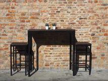 Tabell, stolar och gammal tegelstenvägg, Penang Royaltyfria Bilder