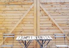 Tabell, stolar och wood vägg Fotografering för Bildbyråer
