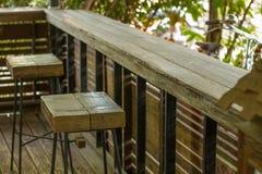 Tabell trästol, naturligt hörn Arkivfoto