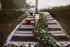 Tabella al campeggio con le tazze e la lanterna immagine stock libera da diritti