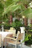 Tabella in caffè all'aperto tropicale Fotografia Stock Libera da Diritti